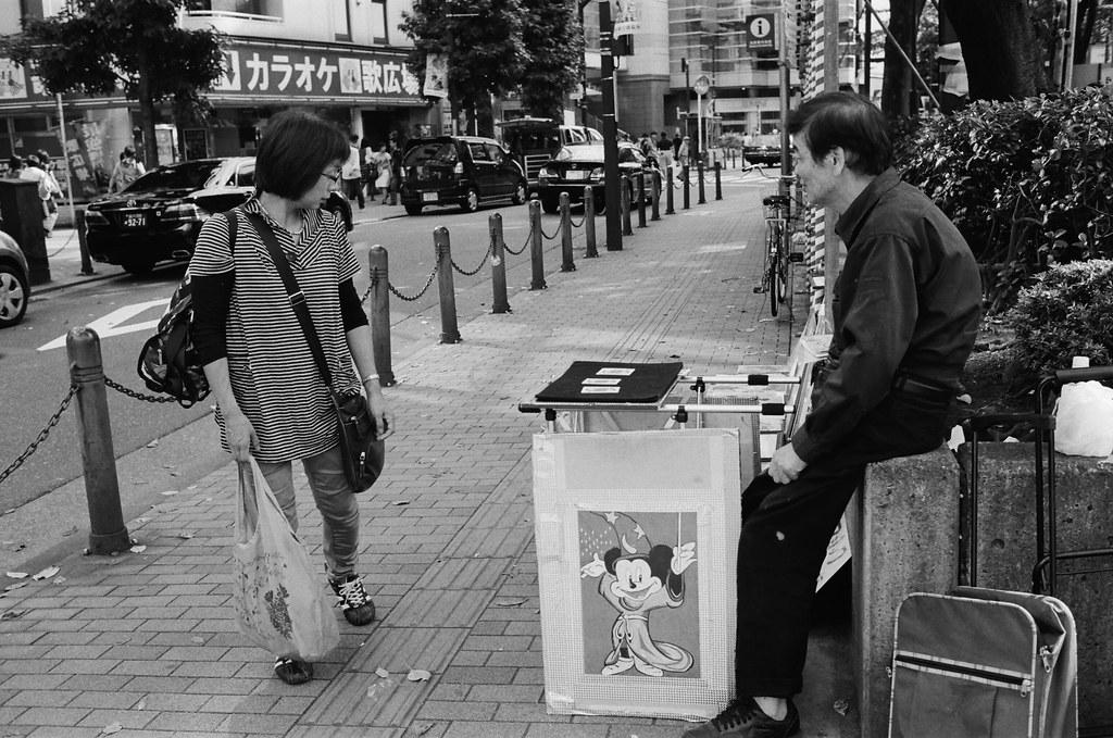 池袋西口公園 東京 Tokyo 2015/10/04 小小的市集,拍攝的過程有一些攤販很敏感,感覺不能拍。現在有一點點忘記那時候逛市集的心情,但應該也是抱著找禮物的心態來逛的吧!  Nikon FM2 Nikon AI AF Nikkor 35mm F/2D Kodak TRI-X 400 / 400TX 1274-0019 Photo by Toomore