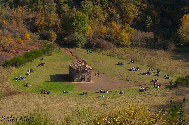 Ermita de Santa Margarida, al crater del volca Santa Margarida vista des de dalt