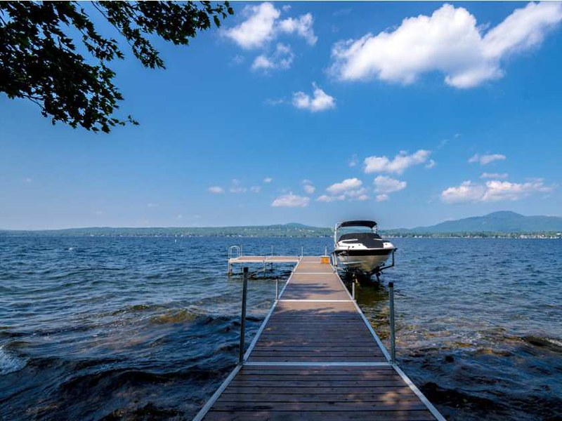 Дом с причалом на озере Мемфремейгог в Квебеке, Канада