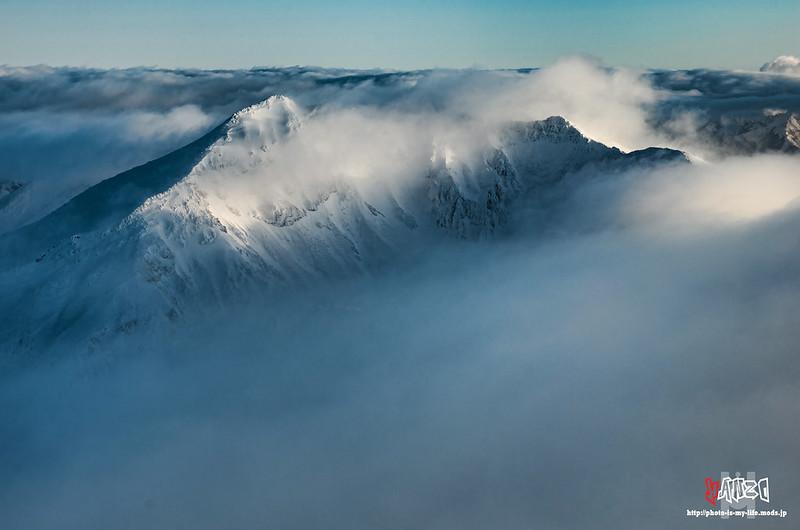 雲間から美瑛岳