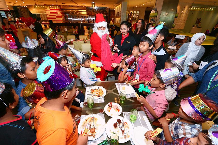 magical-macaron-christmas-charity-tree-shangri-la-hotel-kuala-lumpur