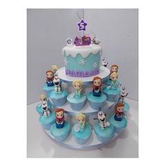 Frozen torre de cupcakes #Frozen #cupcake #cakedesign #cakedesigner #cakedecorating #confeitaria #confeitariaartistica #pastaamericana #gumpast #gumpaste #fondant #princesa #disney #olaf #benditoacucar #benditoaçucar #sugarcraft
