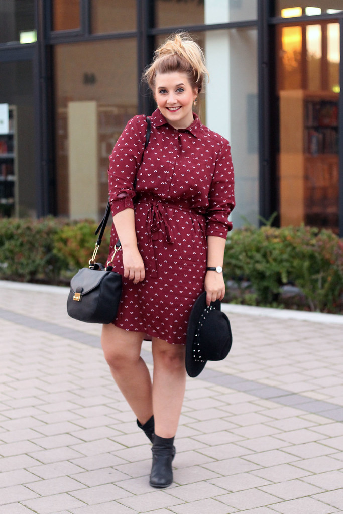 outfit-look-kleid-modeblog-top-beliebte-fashionblog-tasche-hut-stiefeletten-boots-schwarz-bordeauy