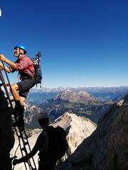 Die erste Eisenleiter im Ivano Dibona Klettersteig