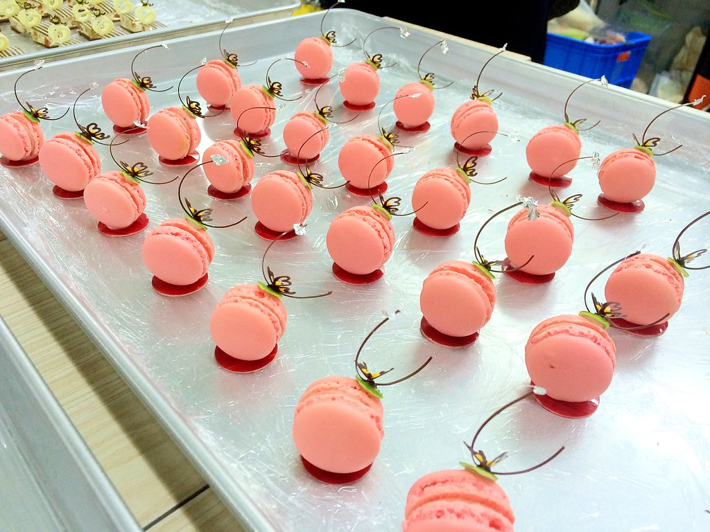Petit Four Strawberry Macaron