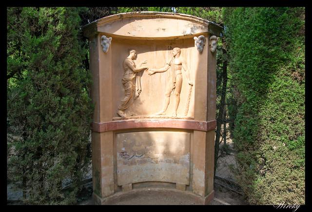 Monumento a la entrada al laberinto