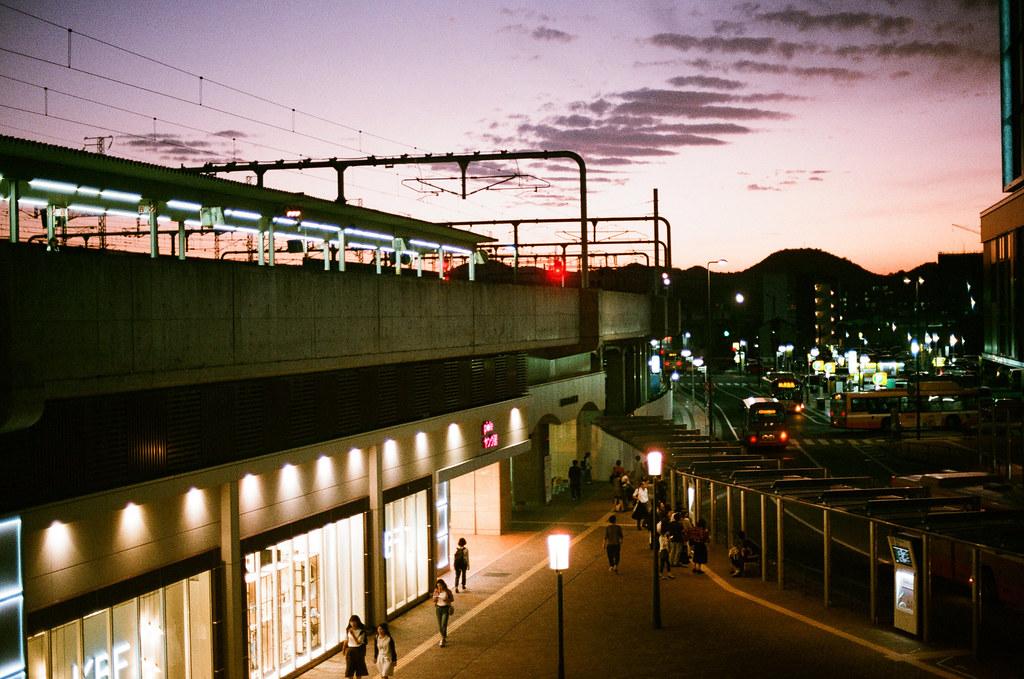 姫路駅 大阪 Osaka 2015/09/21 姫路駅,早上是搭一般列車過去,快兩個小時。回來就怕了,直接搭新幹線回來大阪。  Nikon FM2 Nikon AI Nikkor 50mm f/1.4S AGFA VISTAPlus ISO400 Photo by Toomore