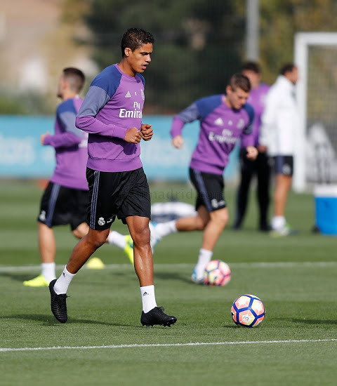 varane-trains-in-next-gen-nike-tiempo-legend-7-boots (4)