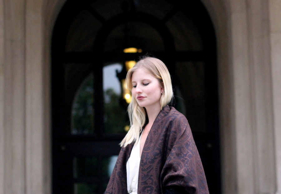 outfit autumn paisley scarf blonde smile blogger brown black