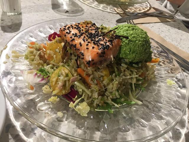 Lax med råris och hummus på gröna ärtor
