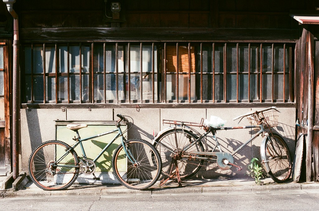 京都 Kyoto 2015/09/23 外面停了舊舊的腳踏車。  Nikon FM2 Nikon AI Nikkor 50mm f/1.4S AGFA VISTAPlus ISO400 0947-0032 Photo by Toomore