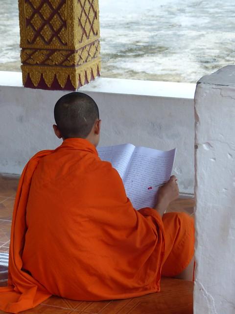 Un moine qui planche