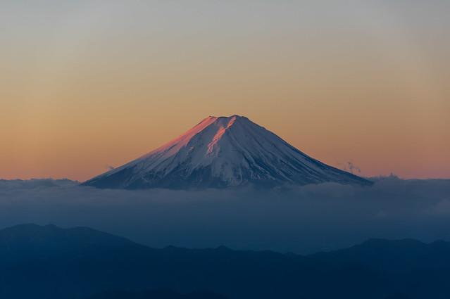 朝陽があたり始めた富士山@雷岩