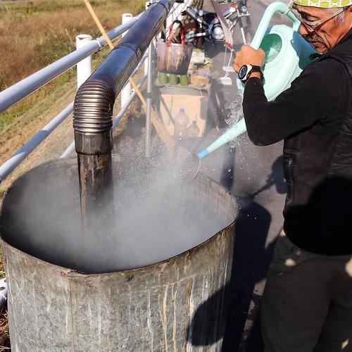 最後に水を加えて、その後ビニールをかぶせ、炭化を進める。 #なんと #南砺 #富山県
