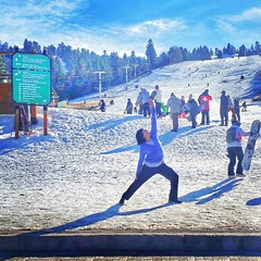 Giving thanks for SNOW! We are open here at @snow_summit in #bigbearlake ☃☃❄❄❄☃☃☃ ❄❄❄☃☃☃❄❄❄   We're expecting a snow storm tonight into tomorrow! So stoked for #snowyoga ! I'm on a lunch break and wanted to explore the people and mountain. So much excitem
