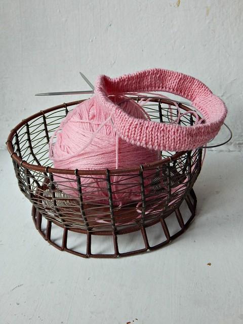 шапка Ланаголд и розовый клубок в плетёной кошелке | ХорошоГромко.ру