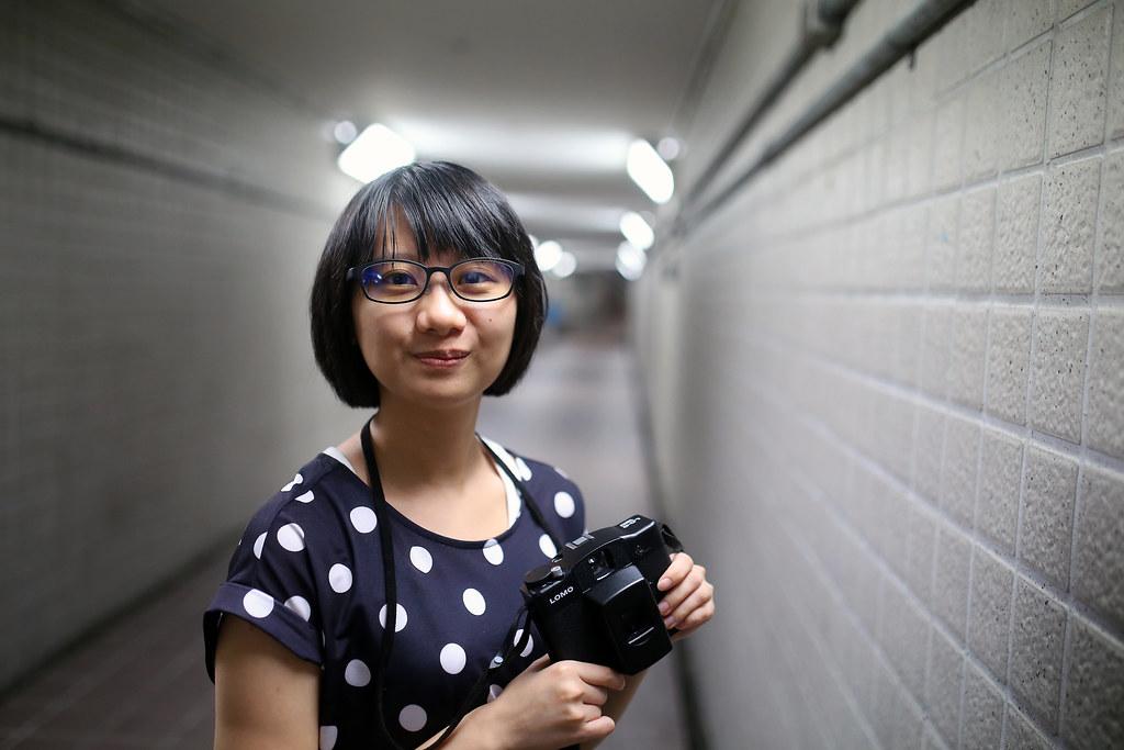 地下道 台北 Taipei 2015/11/13 我讓妹妹戴上我呆呆的眼鏡,果然,妹妹比較適合活潑一點的畫面,太陰暗的我真是表現錯誤啊!  妹妹臉很小,手上的 Lomo LC-A 120 一拿起來就把臉給蓋住了。這裡我就隨意拍,讓妹妹隨意的看鏡頭,我再慢慢抓想要的表情。  Canon 6D Sigma 35mm F1.4 DG HSM Art IMG_8474 Photo by Toomore