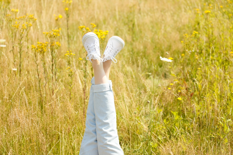 in the fields, superga sneakers, gesponsorde post, nelson, nelson schoenen, superga schoenen, witte superga's, mom jeans, zomeroutfit, fashionology, cheap monday, fashion blogger, fashion is a party