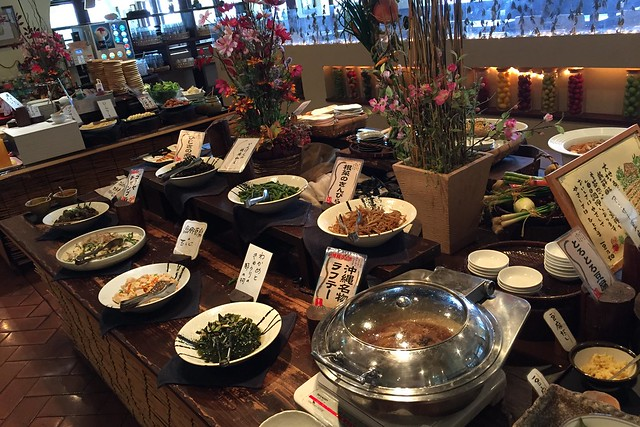 豆腐コーナーの後ろ側はお惣菜コーナーで、この日は沖縄フェアをやっていたため、ラフテーやゴーヤーチャンプルーもありました。