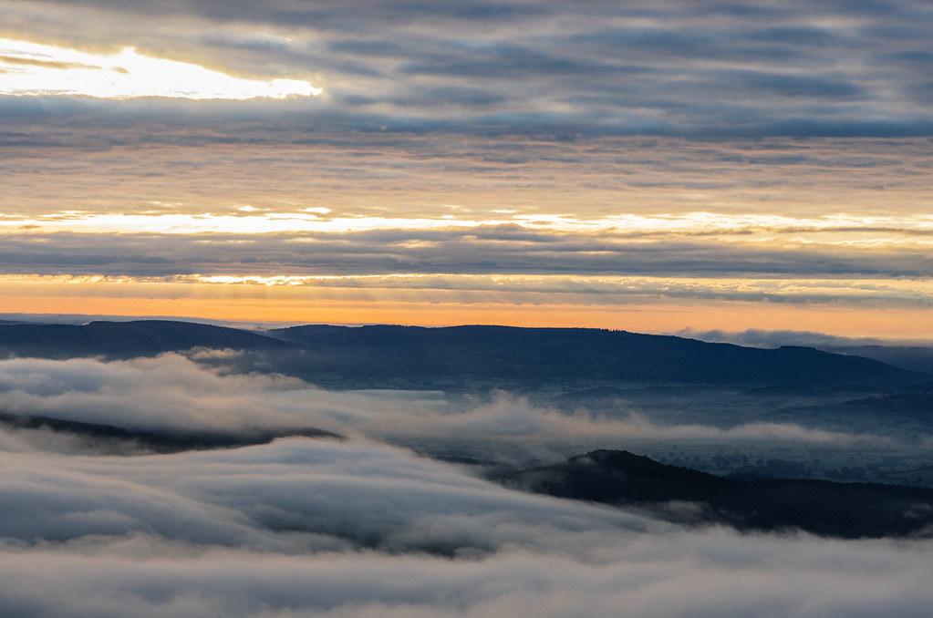 L'aube se lève sur Bibracte et le Mont Beuvray