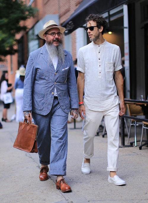 グレイッシュブルーのワーク系セットアップ&白ヘンリーネックシャツ×ホワイトパンツ