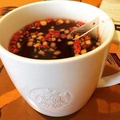 got to try a sneak peek of the new fruit crush tea, thanks starbucks☆english breakfast tea, dried fruits and some type of sweetener...not bad  #japan #fruitcrush #tea #starbucks