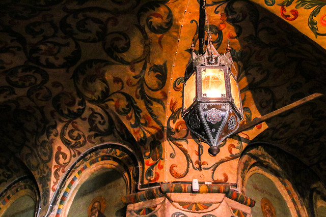 A lamp and painted walls in Saint Basil's Cathedral, Moscow, Russia モスクワ、聖ワシリー寺院内のランプ