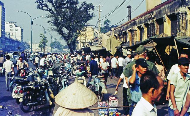 SAIGON 1970 by Charley Seavey - Walking towards the market - Chợ chó, thú nuôi đường Hàm Nghi