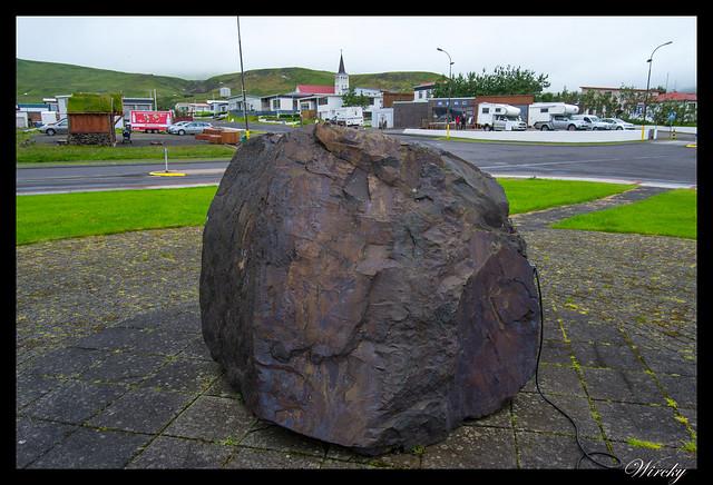 Roca gigante en las calles de Grundarfjördur