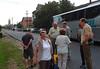 Der Bus mit rund 50 Gästen aus Deutschland ist auf der frisch asphaltierten Bahngasse vor dem Heimathaus eingetroffen.