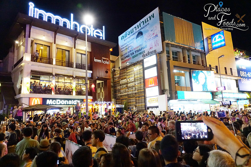 chiang mai loy krathong celebration day 1 parade with crowd