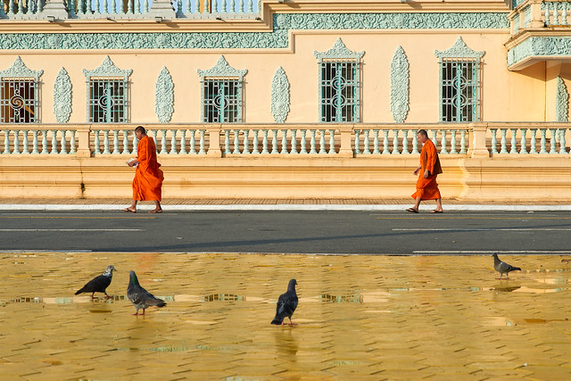 Bonzes marchant devant le Palais Royal de Phnom Penh [ Cambodge ~ Cambodia ]