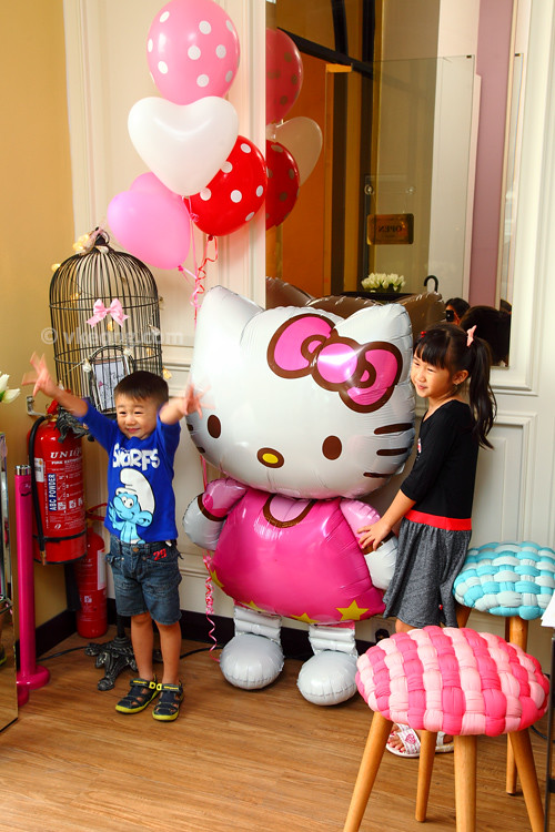 Hello-Kitty-Cafe-Posing-with-Balloon