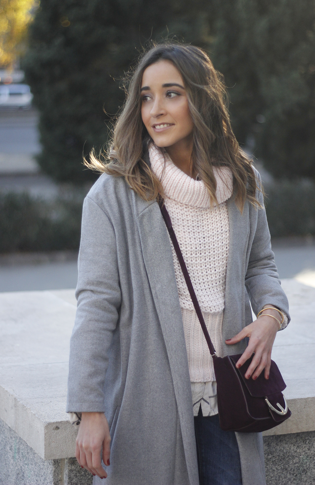 Grey coat with pink sweater jeans burgundy purse uterqüe outfit streetstyle02