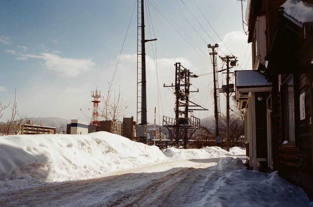 小樽 Otaru, Japan / Kodak ColorPlus / Nikon FM2 路邊的雪堆半個人高,然後路面上的雪被車輛壓過後變成堅硬的冰,真的是很特別景象。  然後還有一點點暖暖的陽光。  Nikon FM2 Nikon AI AF Nikkor 35mm F/2D Kodak ColorPlus ISO200 8268-0034 2016/02/02 Photo by Toomore