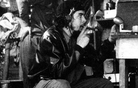 Che Guevara durante transmissões clandestinas da Rádio Rebelde - Créditos: Cubadebate