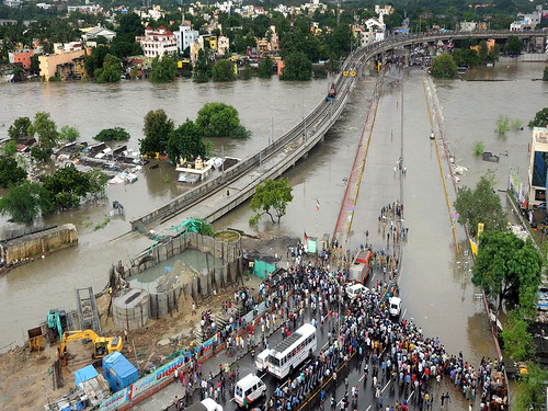 चेन्नई में बाढ़ से परेशान लोग