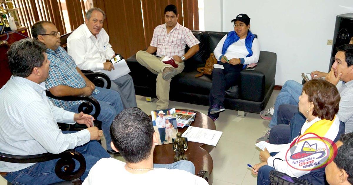 Alcalde en reunión de trabajo con técnicos del MIDUVI