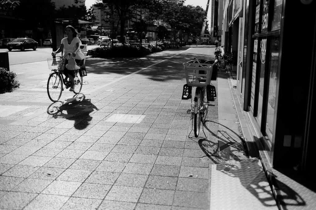 腳踏車 京都 Kyoto 2015/09/29 腳踏車、腳踏車,還有練習看看光影在黑白的構圖,感覺還不錯。  這裡過一個馬路就是本能寺。  Nikon FM2 Nikon AI AF Nikkor 35mm F/2D Kodak 100TMax 1273-0010 Photo by Toomore