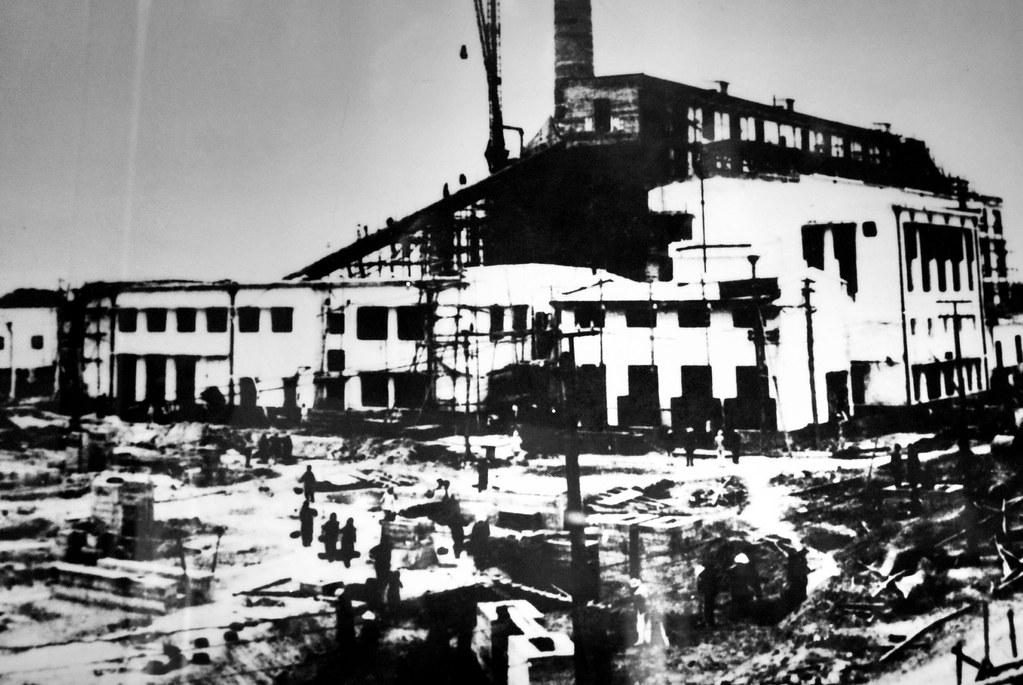 Photo de la construction d'une usine au Vietnam au musée de la révolution d'Hanoi.