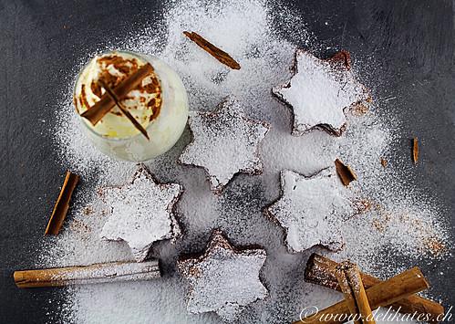 Schokoladen-Lebkuchen-Sterne mit Zimtsahne Rezept