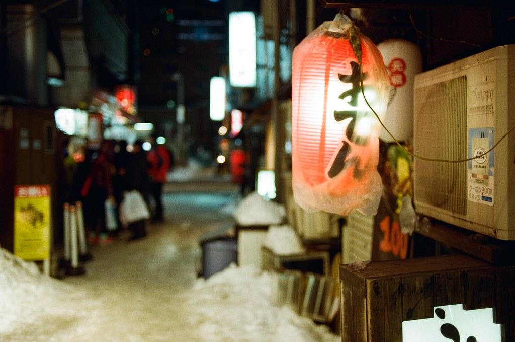 札幌 Sapporo, Japan / Kodak ColorPlus / Nikon FM2 很喜歡這種氛圍,在巷子裡穿梭,把巷子裡的景物記錄下來。  冷冷的,但是燈籠暖暖的。  Nikon FM2 Nikon AI AF Nikkor 35mm F/2D Kodak ColorPlus ISO200 8268-0015 2016/02/02 Photo by Toomore