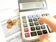 Taschenrechner mit Zetteln und Geld in Buchhaltung