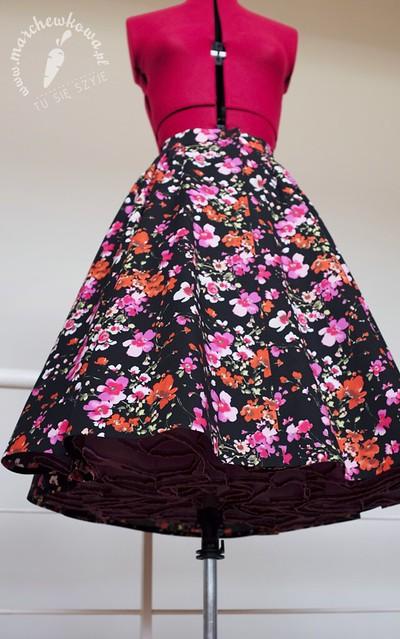 marchewkowa, co robić, jak szyć, krawiectwo, DIY, rękodzieło, handmade, retro, vintage, 50s, circle skirt, spódnica z koła, popelina, bawełna, kwiaty, Skład Bławatny, Capri, Burda Vintage 2014
