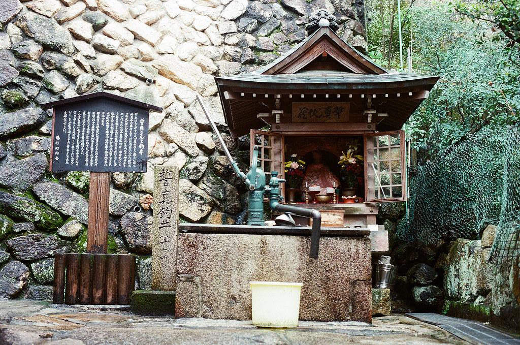 嚴島(Itsuku-shima)広島 Hiroshima 2015/08/31 一個巷子裡面的小小神社。出發的時候我有在渡船口拿嚴島的導覽地圖,我就用解任務的方式一個一個走。  Nikon FM2 / 50mm Kodak UltraMax ISO400 Photo by Toomore