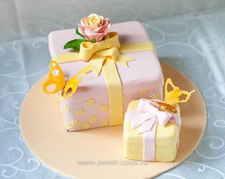 Роза на квардратном торте