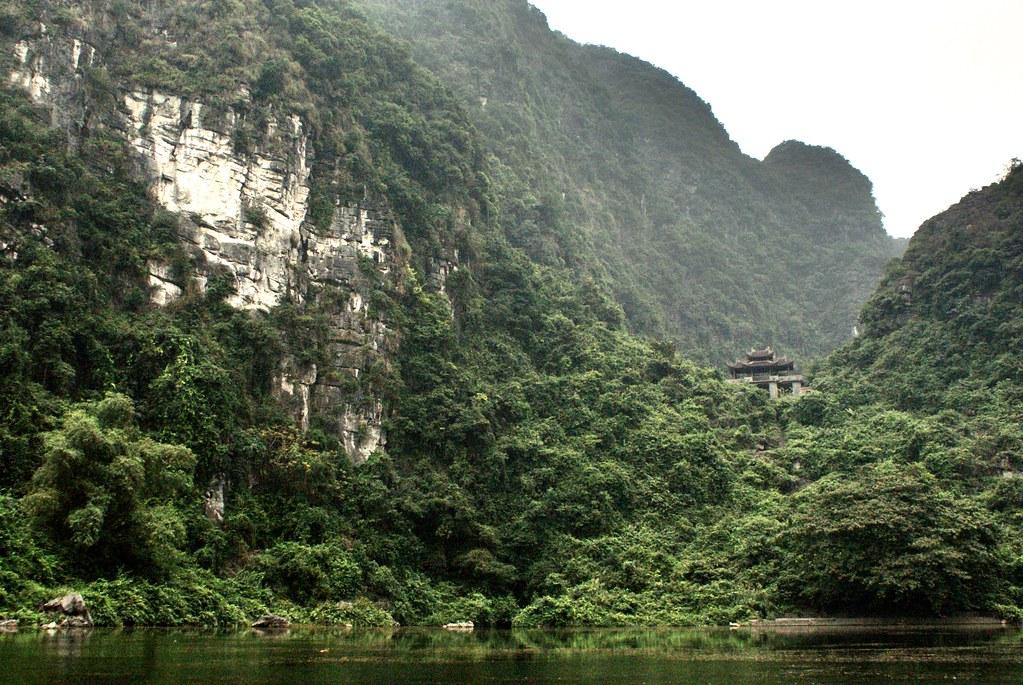 Pagodes dans la forêt dans le parc de Trang An près de Ninh Binh au Vietnam