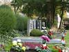 Gräber von Verstorbenen in der Nähe des Denkmals an ihren Heimatort