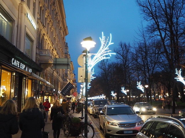 HkiPB202194, jouluhkiPB212457, joulu, hki, helsinki, stocka, stockmann, espa, espan puisto, christmas, valot, lights, koristeet, koristelut, rakennukset, buildings, esplanadi, esplanadin puisto, kuusi, christmas tree, kävle, walking, stroll, ilta, iltakävely, night stroll, evening stroll,
