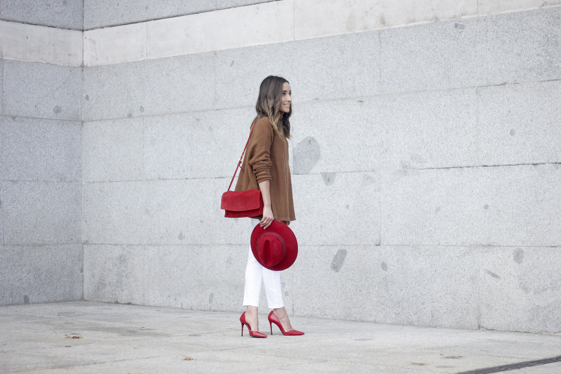 Turtleneck Sweater white jeans red heels red hat uterqüe outfit01